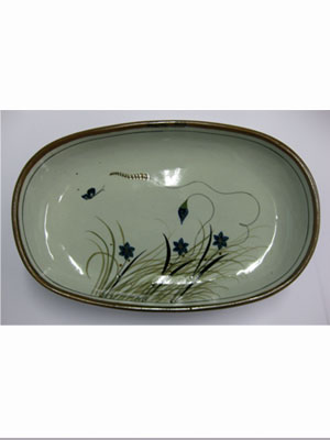 MEXICAN STONEWARE / 'Brown Rim Butterfly' Serving platter / With a handcrafted design, this serving platter is perfect for fruit display on a table or serving the main dish. It is adorned with a butterfly, flowers and grass bordered with a brown rim.