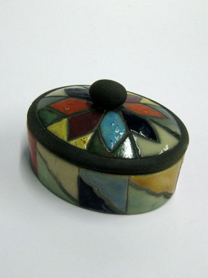 MEXICAN RAKU CERAMICS / Small oval jewelry box / This beautiful oval jewel box is perfect for keeping necklaces and earrings, or as a decorative item for your living room. It features a hand painted flower with different color petals on the lid.